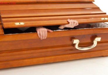 Nằm mơ thấy người chết nằm trong quan tài là điềm gì, đánh đề con gì?
