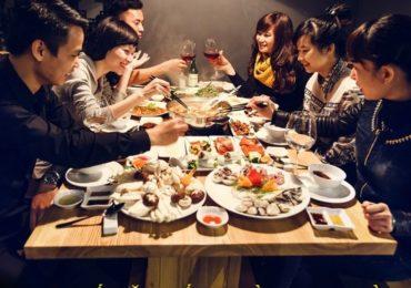 Nằm mơ thấy ăn uống, tiệc tùng cùng bạn bè là điềm gì, đánh đề con gì?